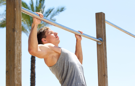pull up: Young sports guy pull up exercise routine outdoor Archivio Fotografico