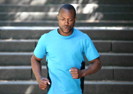 bajando escaleras: Hombre del afroamericano corriendo por las escaleras mantenerse en forma