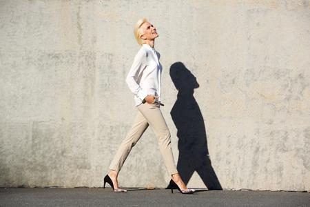style: Ritratto completo lato del corpo di una giovane donna allegra piedi fuori