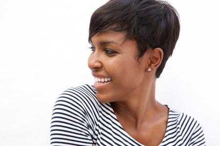 Close-up portret van een jonge Afro-Amerikaanse vrouw die lacht en kijkt weg
