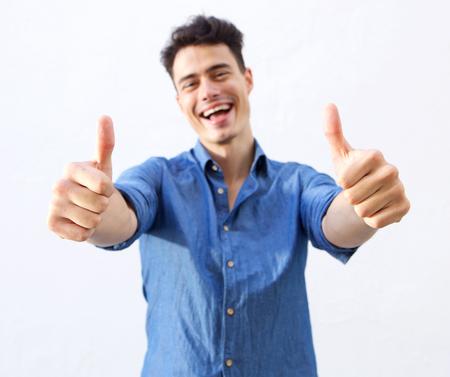 Portret van een gelukkig man met thumbs up handteken