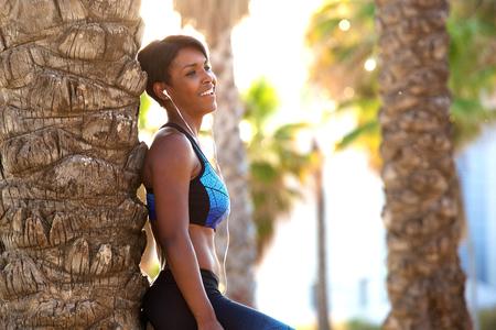 audifonos: Side portrait of a smiling attractive african american sporty woman Foto de archivo