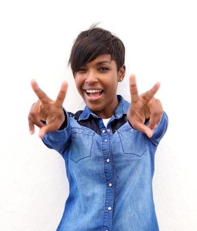 Porträt einer fröhlichen African American Frau mit Frieden Handzeichen