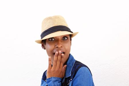 sorpresa: Cerca de retrato de una mujer joven negro con expresi�n de sorpresa en el rostro