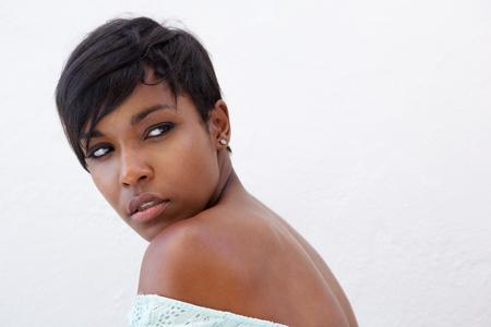 modelos posando: Cerca retrato lado de una elegante mujer de raza negra