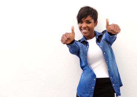 親指で笑顔のアフリカ系アメリカ人の女性の肖像画 写真素材