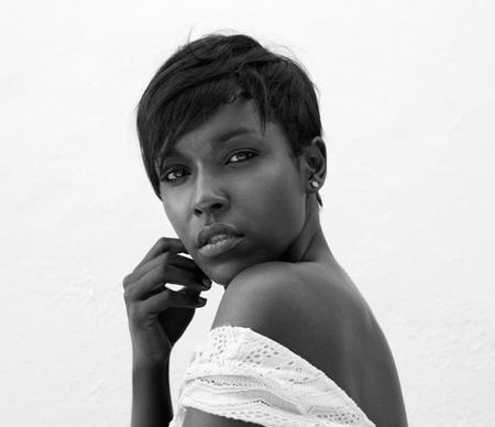 negras africanas: Cerrar un retrato en blanco y negro de una atractiva mujer afroamericana en el fondo blanco