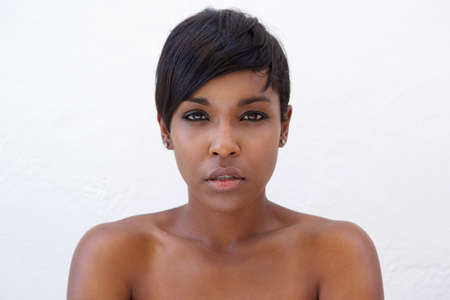 クローズ アップ現代のヘアスタイルと美しいアフリカ系アメリカ人女性の肖像画