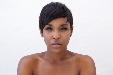 현대 헤어 스타일을 가진 아름 다운 아프리카 계 미국인 여자의 초상화를 닫습니다