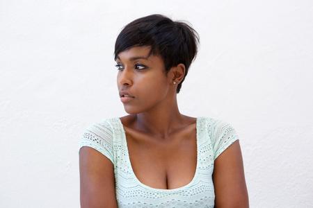 短い髪型で魅力的なアフリカ系アメリカ人女性の肖像画を間近します。