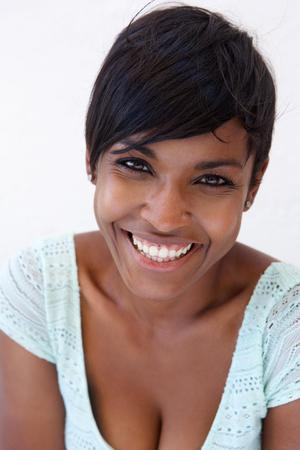 Close up Portrait einer fröhlichen jungen Afroamerikanerfrauenlächeln