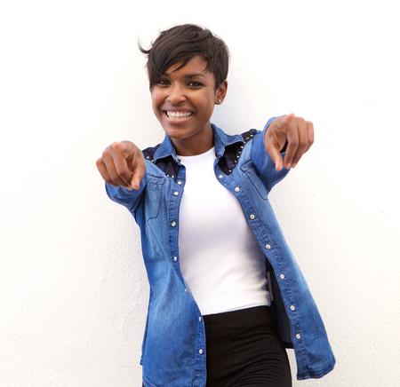 指を指して陽気なアフリカ系アメリカ人女性の肖像 写真素材