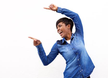 the finger: Retrato de una alegre mujer americanos africanos jóvenes señalando con el dedo