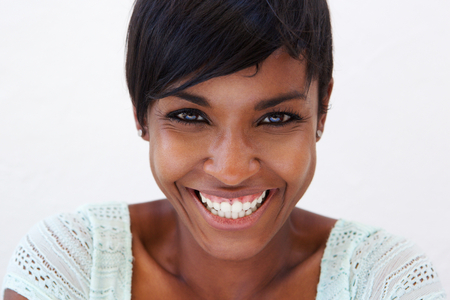 웃 고있는 매력적인 아프리카 계 미국인 여자의 초상화를 닫습니다