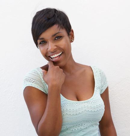 웃고있는 아름다운 젊은 흑인 여성의 초상화를 닫습니다 스톡 콘텐츠