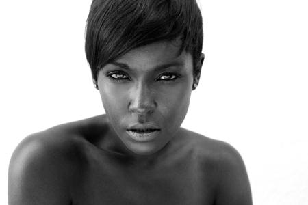 Cerca retrato en blanco y negro de una mujer atractiva del afroamericano