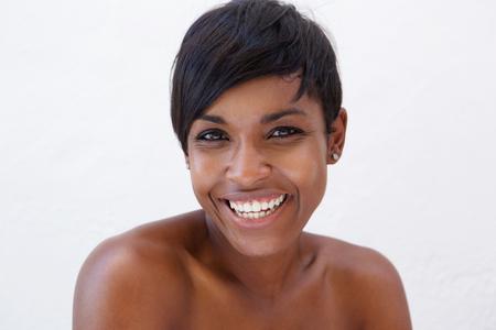 Schließen Sie herauf Portrait eines afroamerikanischen Schönheit lächelnd vor weißem Hintergrund Lizenzfreie Bilder