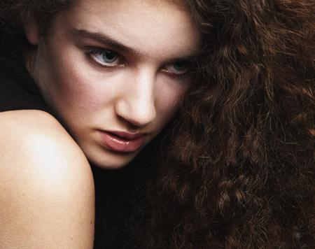 ojos negros: Close up retrato de la belleza de un modelo de moda femenina