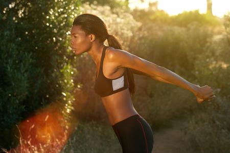 fitness: Ritratto laterale di un esercizio di fitness donna estende al di fuori Archivio Fotografico