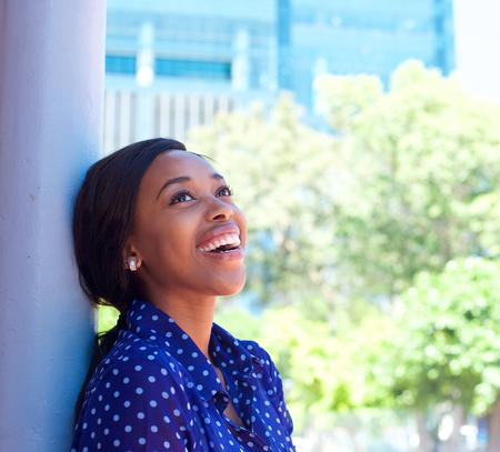 personas pensando: Close up retrato de una mujer de negocios african americana sonriente Foto de archivo