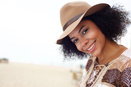 Close-up portret van een lachende African American mode vrouw met hoed Stockfoto