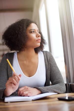 persona escribiendo: Close up retrato de una joven mujer de pensamiento afroamericano