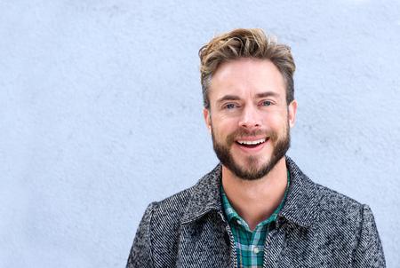クローズ アップ肖像画のひげとハンサムな笑みを浮かべて男 写真素材