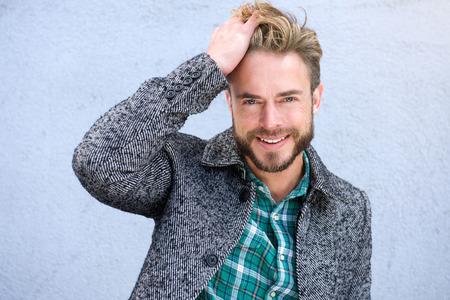 Close up Porträt einer lächelnden Mann mit der Hand in den Haaren Lizenzfreie Bilder