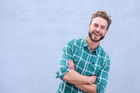 volto uomo: Ritratto di un ragazzo fresco sorridente con le braccia incrociate