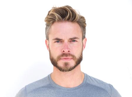 capelli biondi: Primo piano orizzontale ritratto di un uomo serio con la barba isolato su sfondo bianco Archivio Fotografico