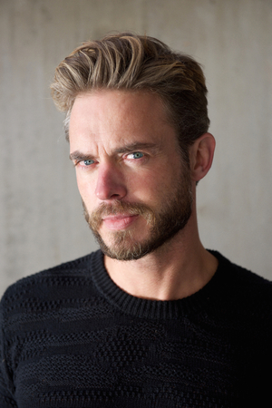 uomini belli: Primo piano ritratto di un ragazzo fresco con la barba, guardando la fotocamera