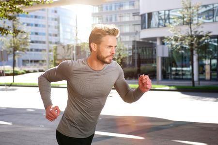 Portrait eines aktiven Mann Sport laufen draußen in der Stadt