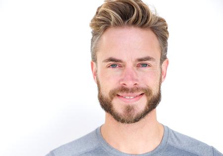 Close-up portret van een lachende man met baard poseren tegen geïsoleerde witte achtergrond Stockfoto