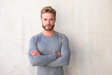 cuerpo hombre: Retrato de un hombre hermoso con la barba con los brazos cruzados