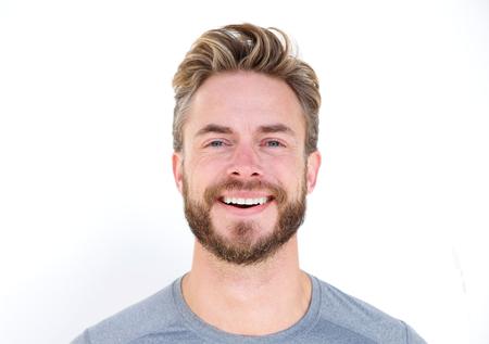 Horizontale close-up portret van een man met baard lachen op geïsoleerde whit achtergrond Stockfoto