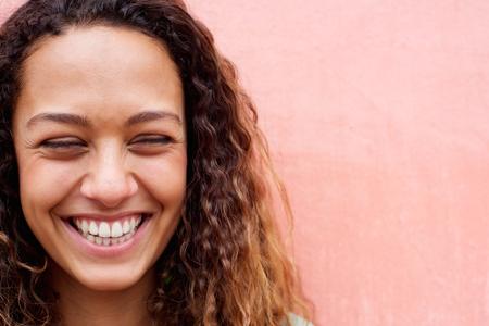 Zamknij się portret śmiechu młoda kobieta z kręcone włosy Zdjęcie Seryjne