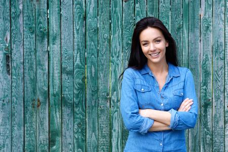 Portret van een zelfverzekerde vrouw die lacht met de armen gekruist Stockfoto