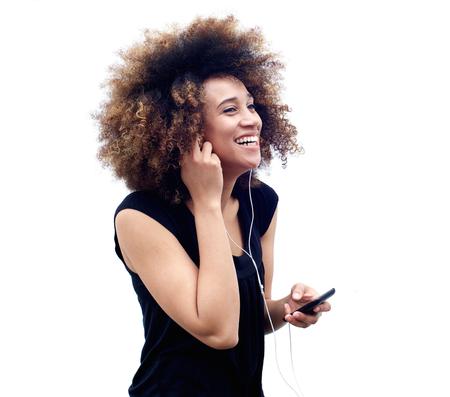 personas escuchando: Retrato de joven mujer afroamericana escuchar música con auriculares