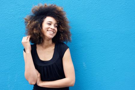 jovenes felices: Retrato de la mujer africana sonriente con el peinado afro