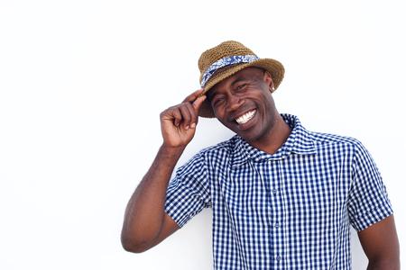 Close-up portret van een vrolijke Afro-Amerikaanse man met hoed een witte achtergrond Stockfoto