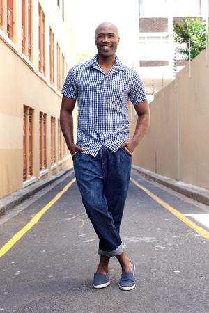 modelos hombres: Retrato del hombre africano de pie con estilo en la ciudad