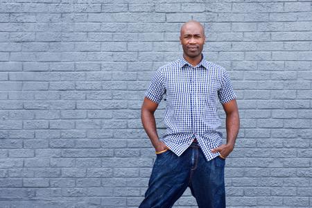 modelos hombres: Retrato del hombre africano guapo de pie contra el fondo gris