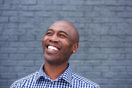 笑っているアフリカ系アメリカ人の男性の肖像画を間近します。