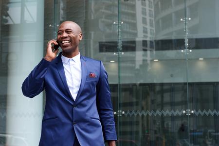 Portret van Afrikaanse zakenman lopen en praten over de mobiele telefoon