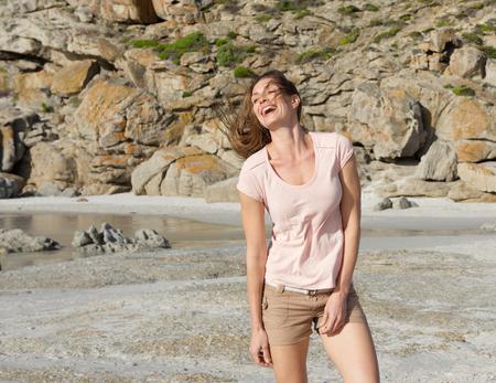 mujer alegre: Retrato de un modelo de moda femenina en ropa de verano de risa en la playa