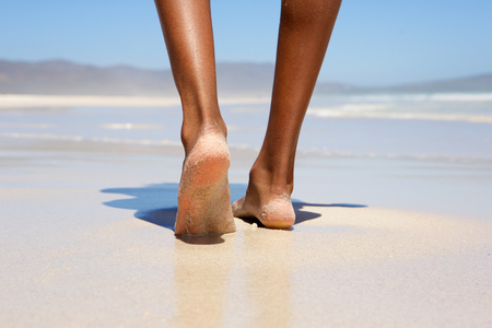 해변에서 맨발로 걷기 낮은 각도 여자 스톡 콘텐츠