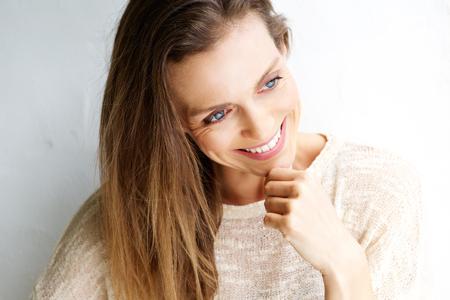 Close-up portret van een aantrekkelijke vrouw van middelbare leeftijd glimlachend tegen een witte achtergrond Stockfoto - 52534695