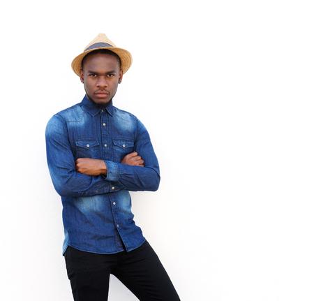 hombres negros: Retrato de un joven fresco con sombrero de pie contra el fondo blanco