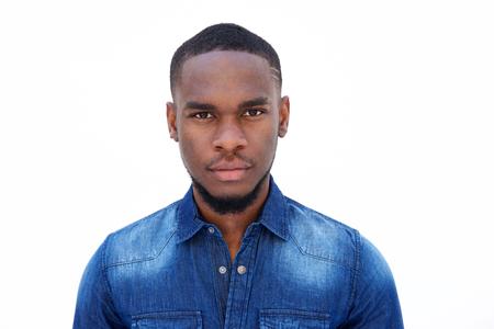 Close-up portret van een aantrekkelijke jonge Afro-Amerikaanse man op witte achtergrond Stockfoto