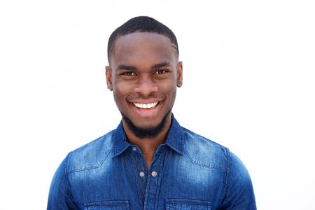 흰색 배경에 대해 데님 셔츠에 웃는 젊은 아프리카 계 미국인 남자의 초상화를 닫습니다 스톡 콘텐츠